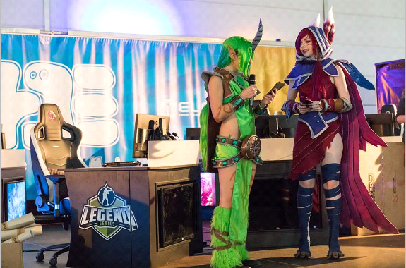 ThanatosArts als Xayah - League of Legends Cosplay Cup (Interview nach dem Live Auftritt)